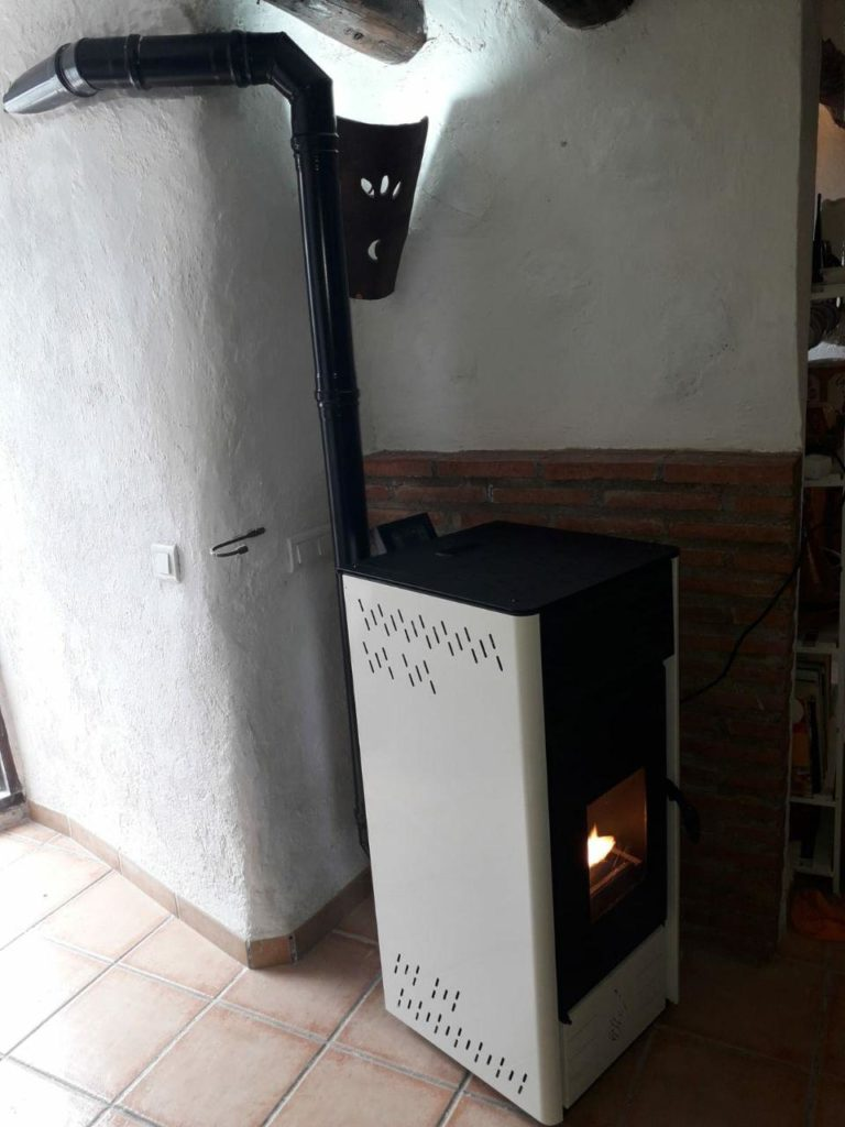 instalación de estufa de pellets modelo E10 de la marca CALECOSOL
