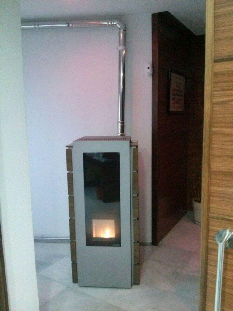 instalación de estufa-caldera de pellets modelo GIULIA de la marca PALAZETTI