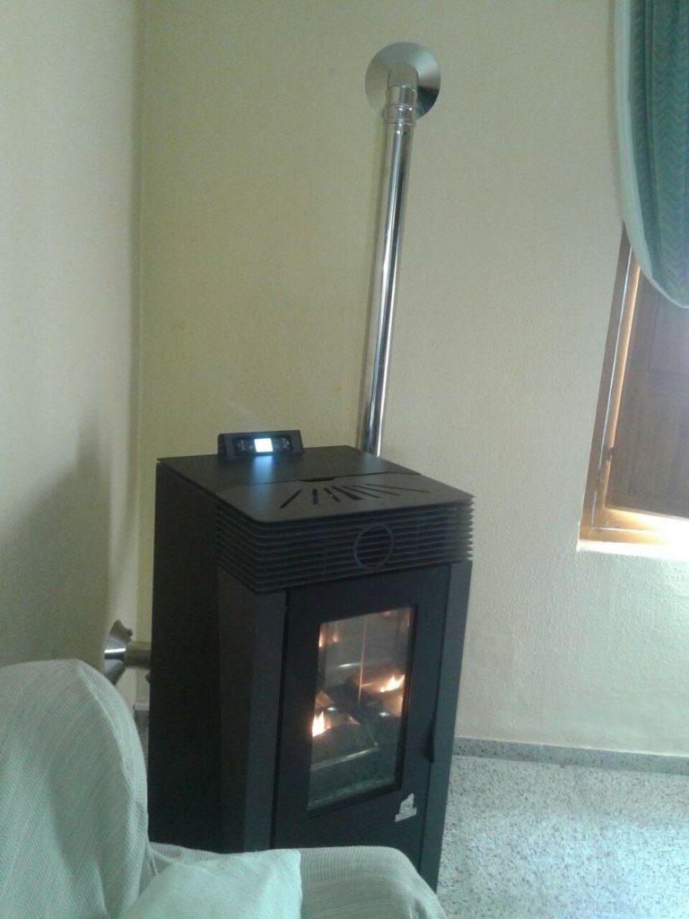 instalación de estufa de pellets modelo Midalia de la marca CALECOSOL