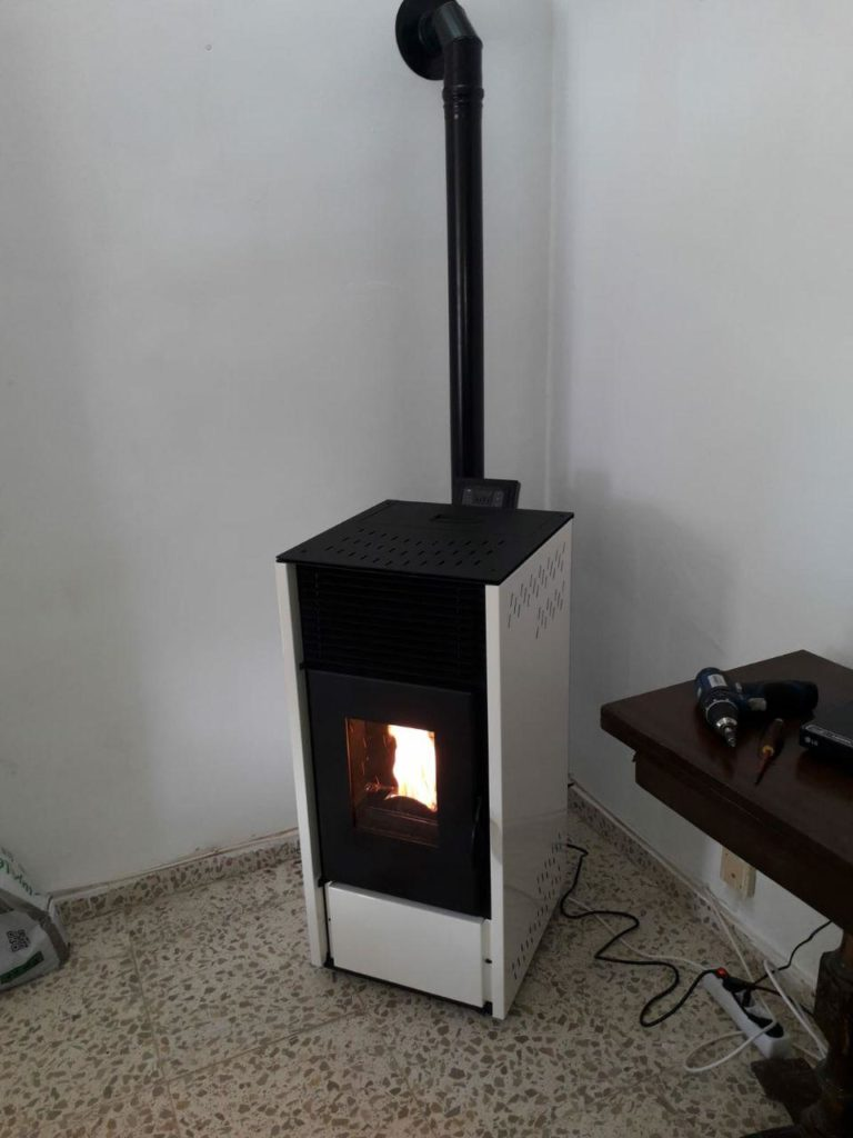 instalación de estufa de pellets modelo E12 de la marca CALECOSOL