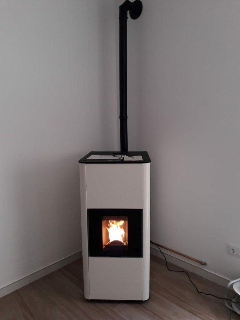 instalación de estufa-caldera de pellets modelo E20 de la marca CALECOSOL
