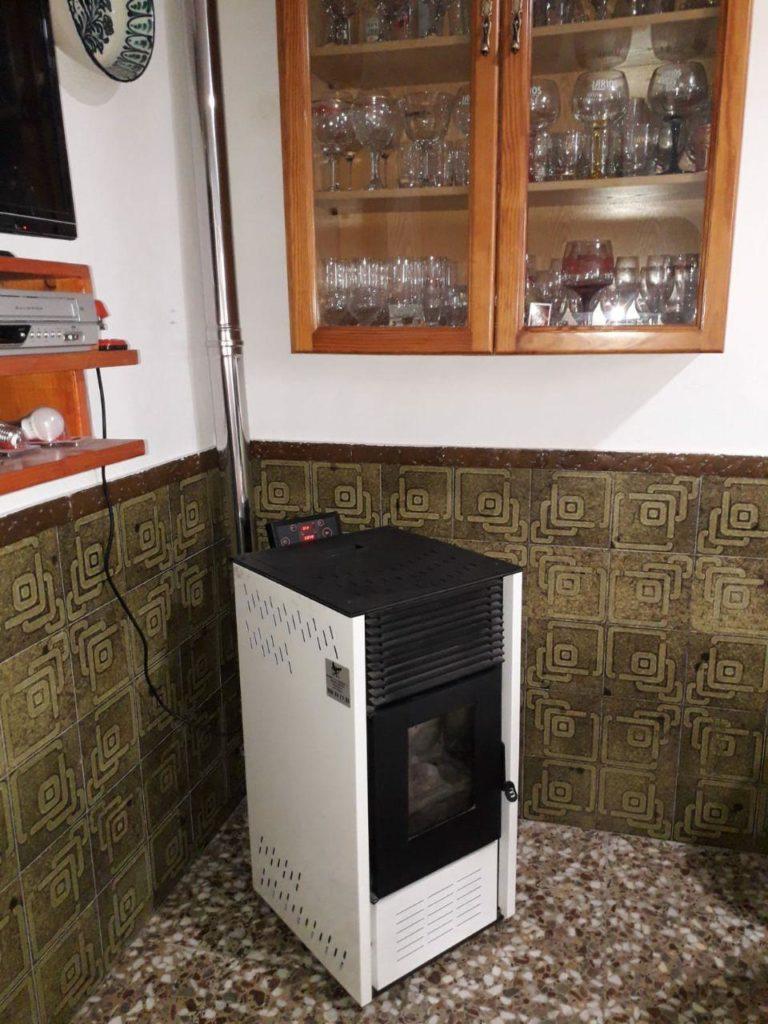 instalación de estufa de pellets modelo E7 BioLogic de la marca CALECOSOL